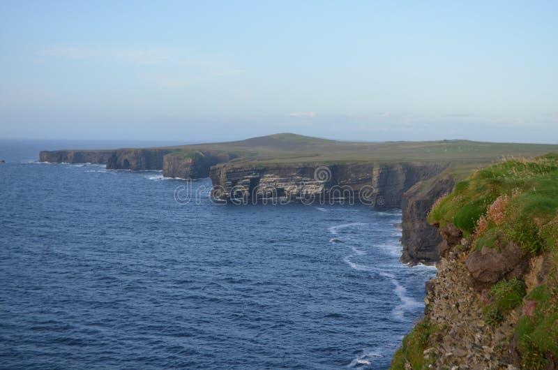 Взгляд побережья скалы Kilbaha полуострова головы петли в Кларе, Ирландии стоковые фотографии rf