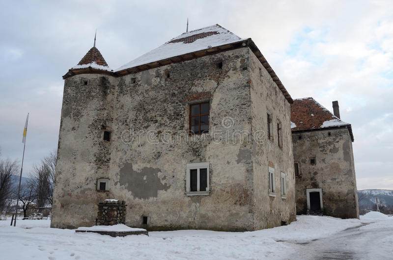 Взгляд покинутого средневекового замка Szentmiklos в зиме, Украине стоковое изображение rf