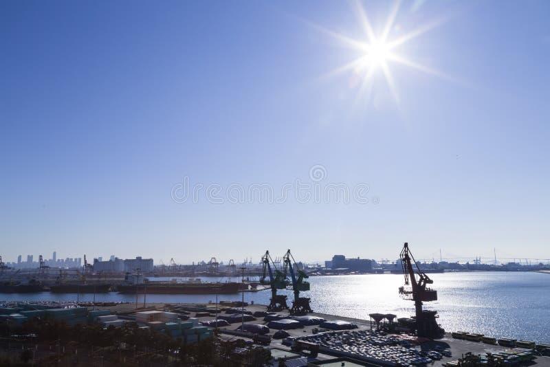 Взгляд порта, sunlights неба моря грузит торговый кран стоковая фотография rf