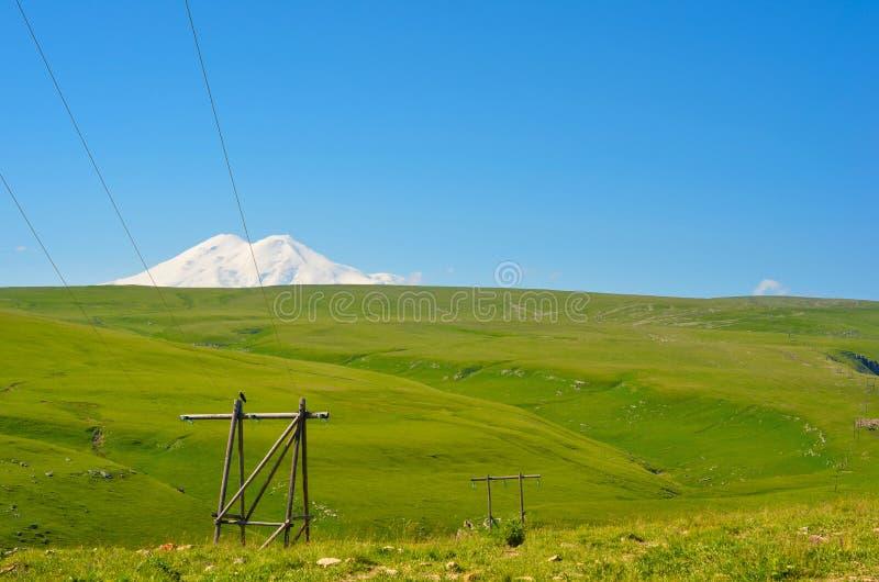 Взгляд полей и Mount Elbrus стоковые изображения