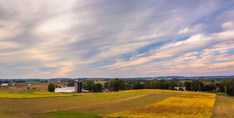 Взгляд полей фермы в сельском Lancaster County, Пенсильвании стоковая фотография