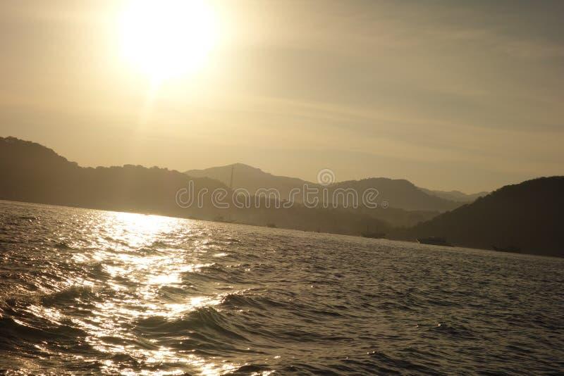 Взгляд подъема солнца от шлюпки стоковая фотография rf