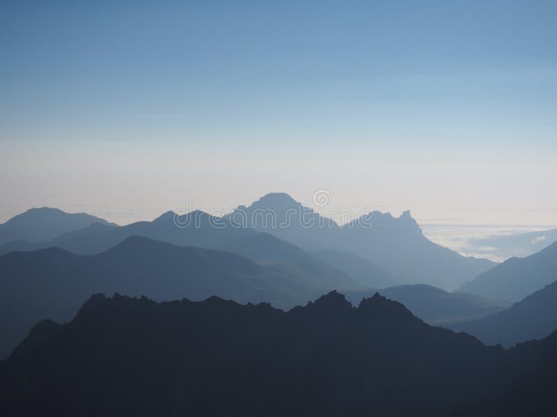 Взгляд предпосылки голубых гор абстрактной 3d стоковые фото