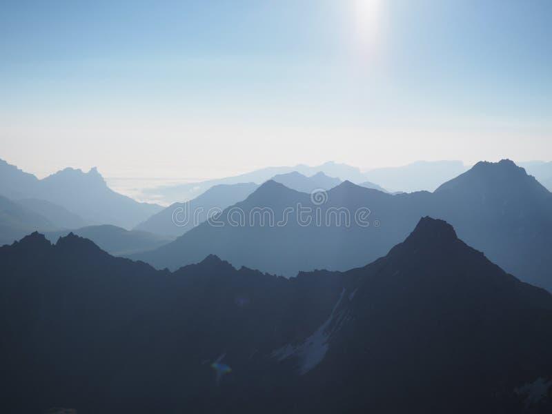 Взгляд предпосылки голубых гор абстрактной 3d стоковая фотография rf