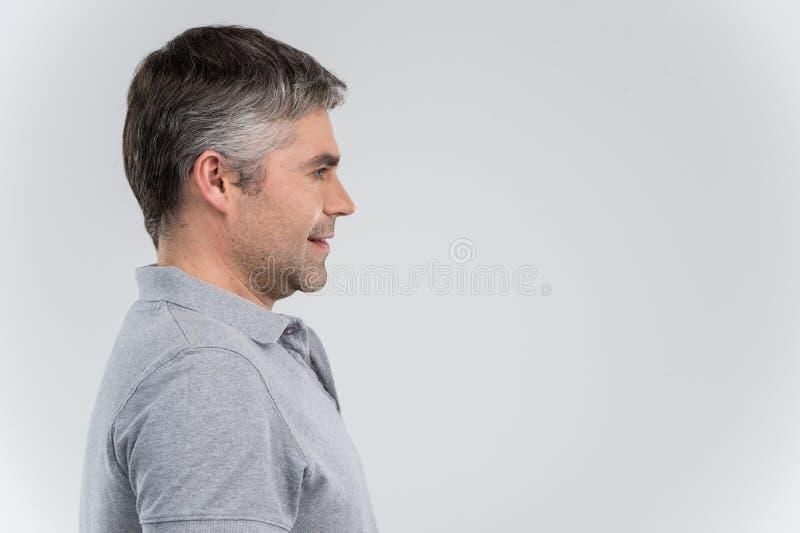 Взгляд профиля усмехаясь уверенно бизнесмена стоковое фото