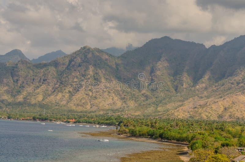 взгляд пляжа и гор стоковая фотография rf