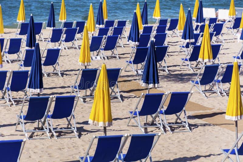 Взгляд пляжа на Канн с стульями и парасолями на белом песчаном пляже стоковая фотография