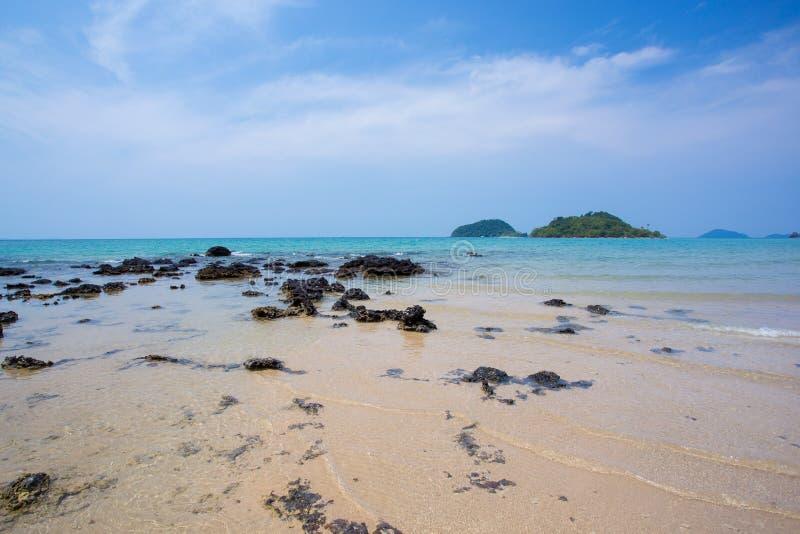 Download Взгляд пляжа на скалистом стоковое фото. изображение насчитывающей небо - 40581114