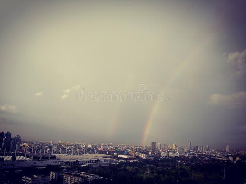 Взгляд радуги в небе стоковое изображение rf
