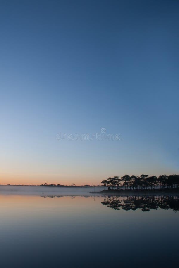 Взгляд резервуара на предпосылке восхода солнца стоковое фото rf
