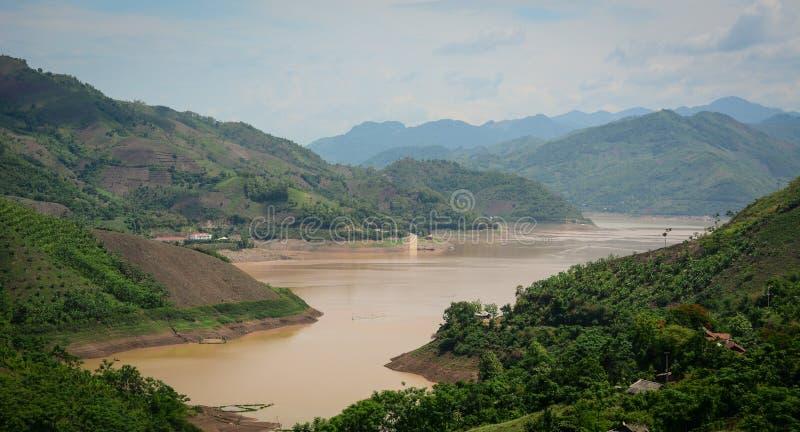 Взгляд реки и облачного неба Da Giang в Hoa Binh, Вьетнаме стоковая фотография