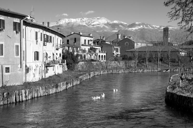 Взгляд реки и apennines Velino от Риети, Италии стоковые фото