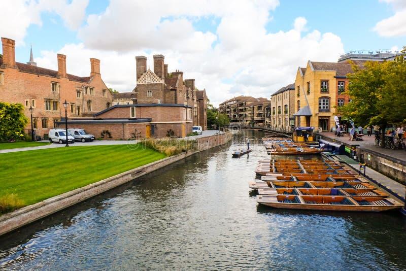 Взгляд реки Кембриджа с coludy небом стоковая фотография rf