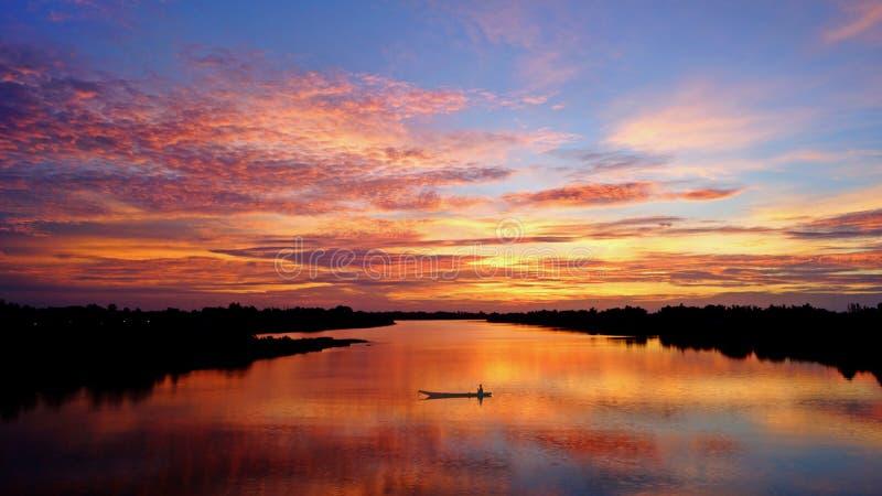 Взгляд реки с восходом солнца стоковые фото