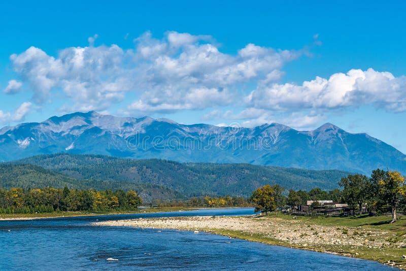 Взгляд реки Zun-Murino и гор стоковые изображения rf
