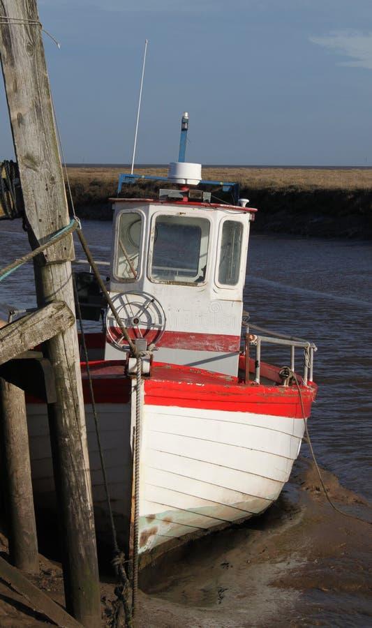 Взгляд рыбацкой лодки на болоте Thornham, северном Норфолке стоковые изображения rf