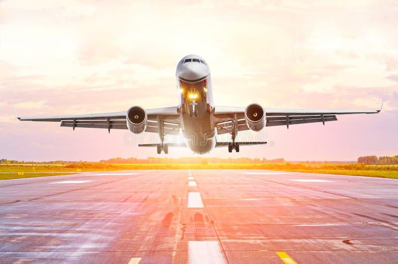 Взгляд самолета от переднего фюзеляжа арены на заходе солнца на авиапорте стоковые изображения rf
