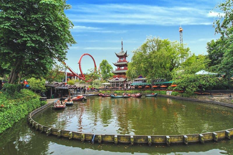 Взгляд садов Tivoli с китайской пагодой, озером шлюпк дракона стоковое фото
