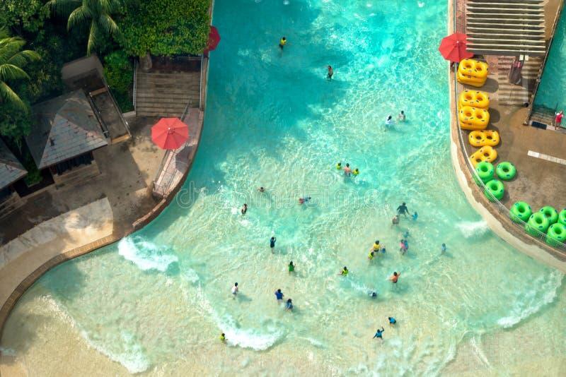 Взгляд сверху аквапарк с много путешественник имеет бассейн потехи стоковое фото