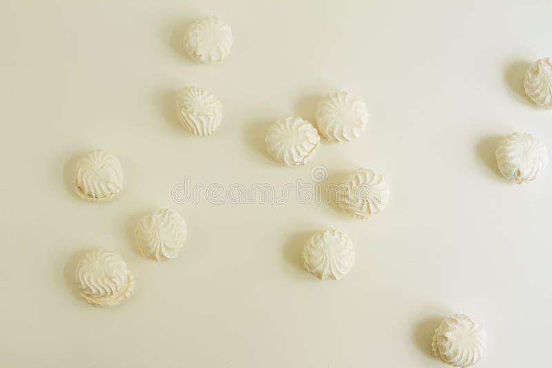 Взгляд сверху латышских marshmallovs - zefiri на белой предпосылке, винтажном фильтре стоковые фото
