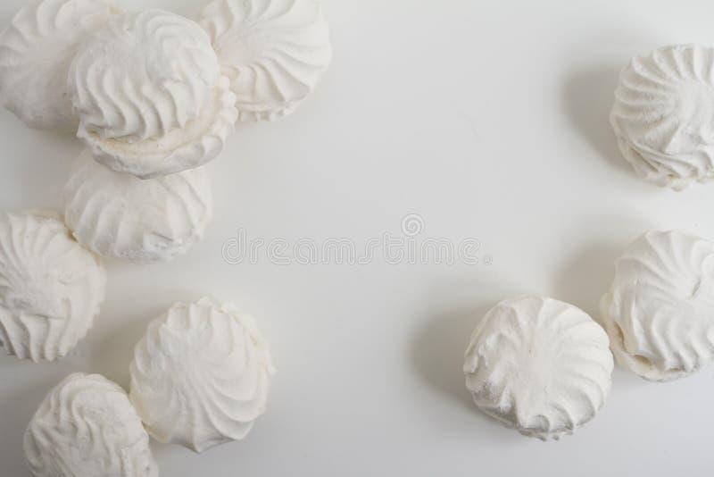 Взгляд сверху латышских marshmallovs - zefiri на белой предпосылке стоковое изображение