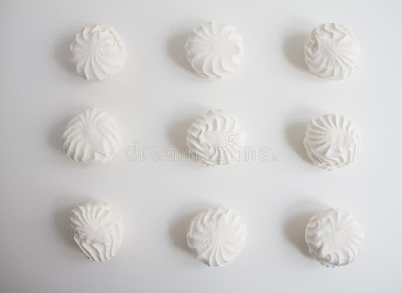Взгляд сверху латышских marshmallovs - zefiri на белой предпосылке стоковые фото