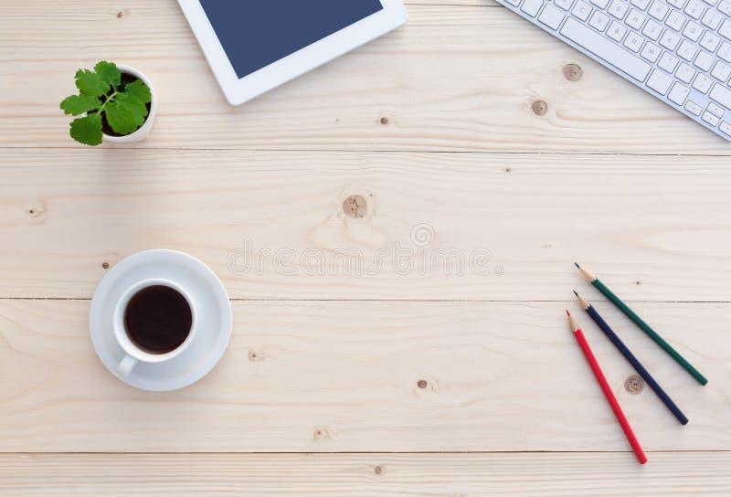Взгляд сверху белого стола офиса с современными канцелярскими принадлежностями и цветком электроники стоковые фотографии rf