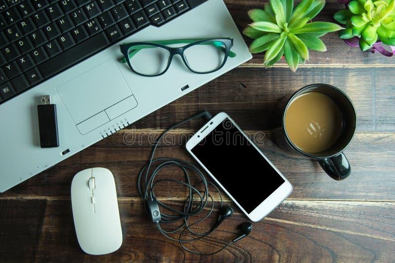 Взгляд сверху вещества офиса с умной мышью радиотелеграфа компьтер-книжки телефона стоковая фотография