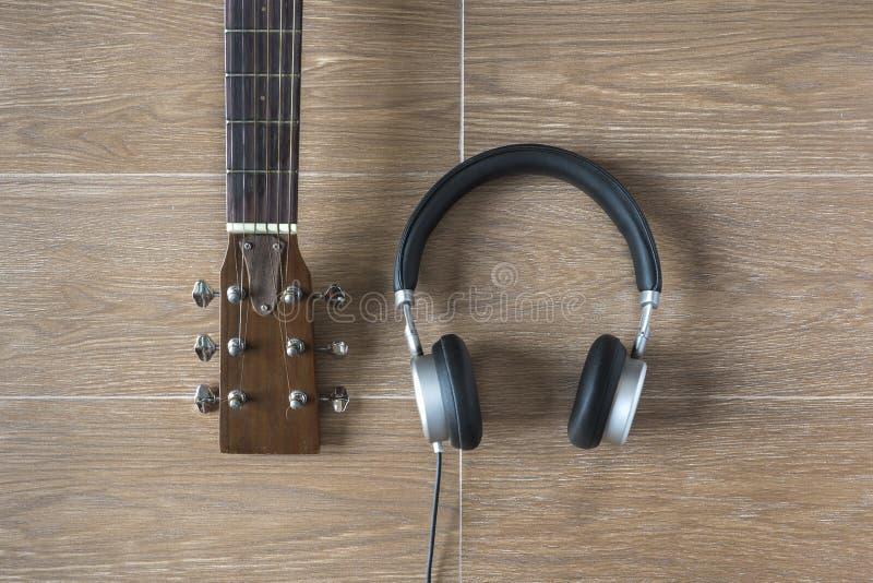 Взгляд сверху веществ музыканта на таблице Гитара и наушники на Wo стоковые изображения rf