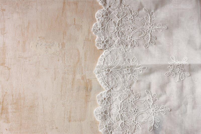 Взгляд сверху винтажной ручной работы красивой ткани шнурка над деревянным столом стоковая фотография rf