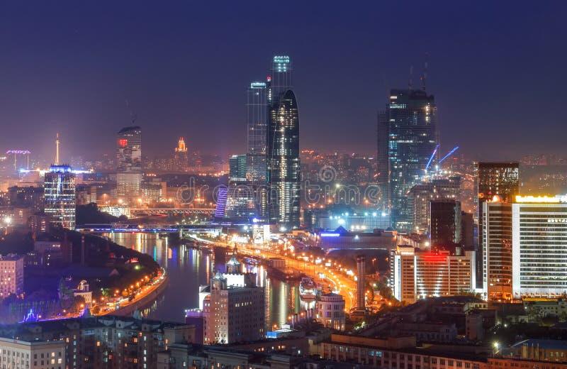 Взгляд сверху горизонта города Москвы на ноче стоковые фото