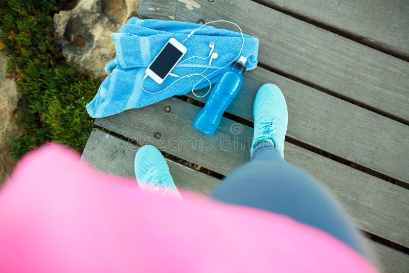 Взгляд сверху девушки спорт которая отдыхает после того как бег утра стоковые фотографии rf