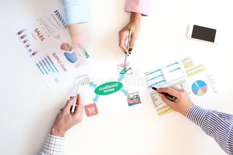 Взгляд сверху деловой встречи с диаграммами на белом столе стоковое изображение rf