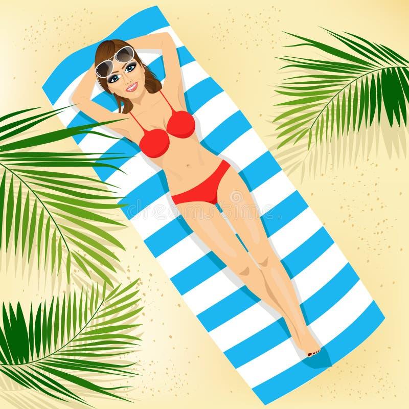 Взгляд сверху женщины с солнечными очками в бикини лежа на красочном пляжном полотенце иллюстрация штока