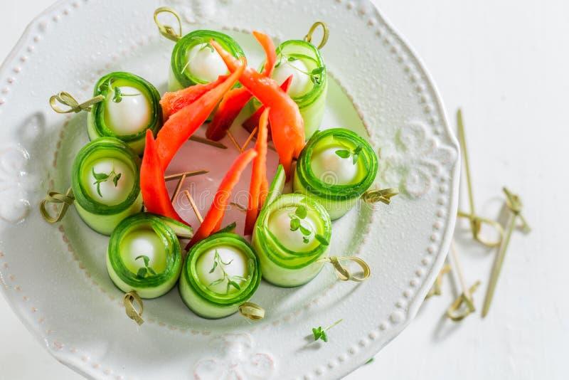 Взгляд сверху закусок сделанных из овощей и яичек стоковые фотографии rf