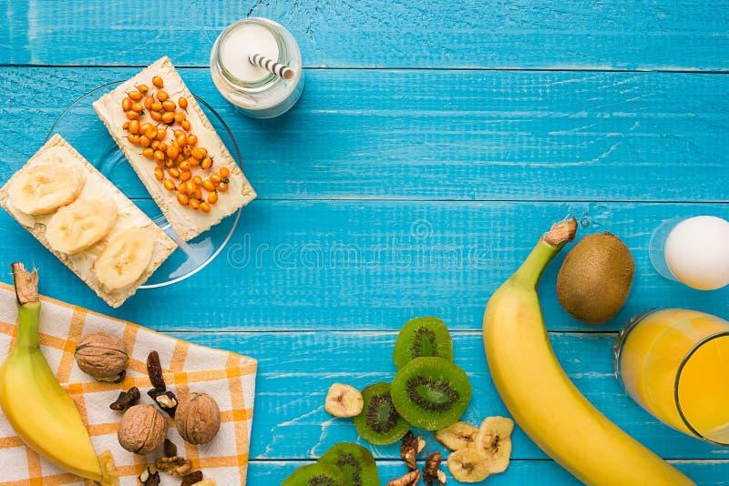 Взгляд сверху здравицы с маслом и плодоовощами стоковые фото