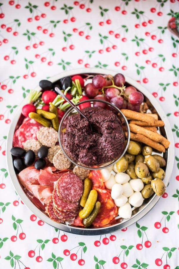 Взгляд сверху диска партии с мяс и сыром стоковое фото rf