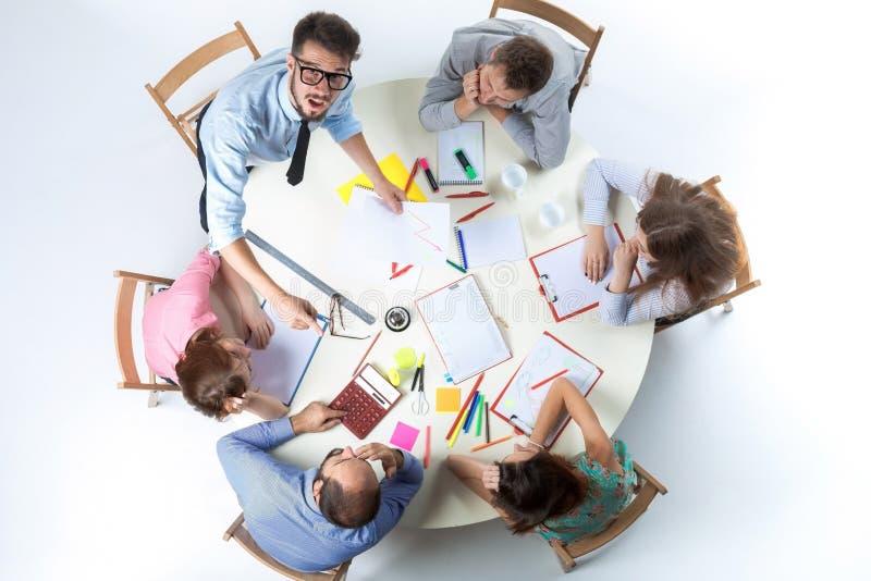 Взгляд сверху команды дела на предпосылке места для работы стоковое изображение