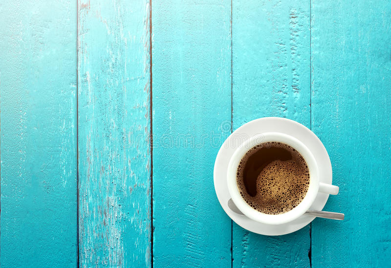Взгляд сверху кофейной чашки на острословии предпосылки таблицы сини океана деревянном стоковое фото