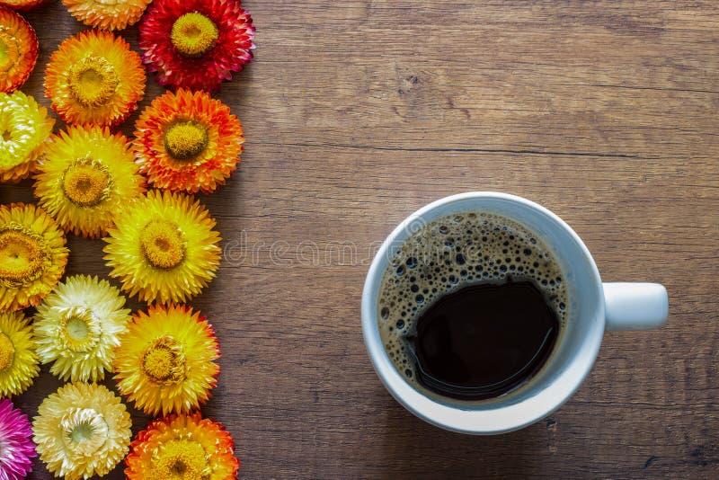 Взгляд сверху кофейной чашки на предпосылке деревянного стола с красочным стоковое изображение rf