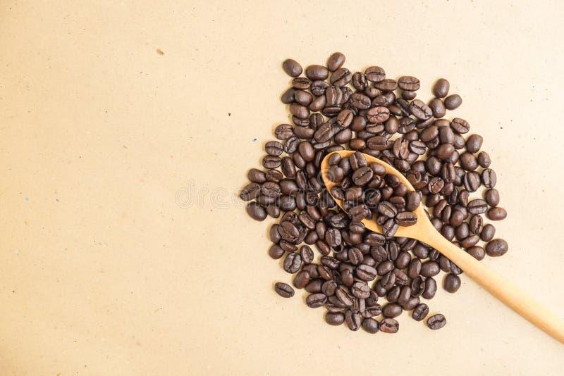Download Взгляд сверху кофейных зерен на деревянной ложке Стоковое Фото - изображение насчитывающей природа, свеже: 81811792
