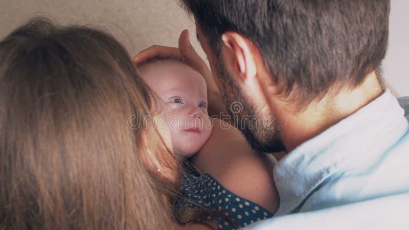 Взгляд сверху Красивые счастливые молодые родители усмехаются к их драгоценному newborn сыну 4K стоковые фото