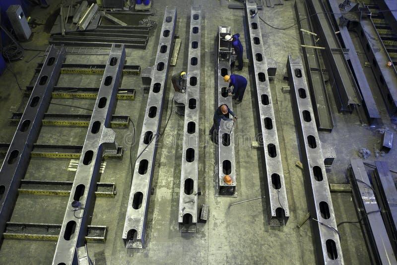 Взгляд сверху мастерской для того чтобы произвести стальную конструкцию испускает лучи стоковые изображения rf