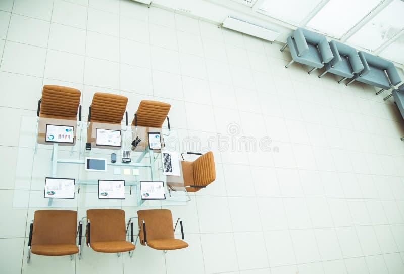 взгляд сверху - место для деловых встреч в современном конференц-зале на настольном компьютере, стоковая фотография rf