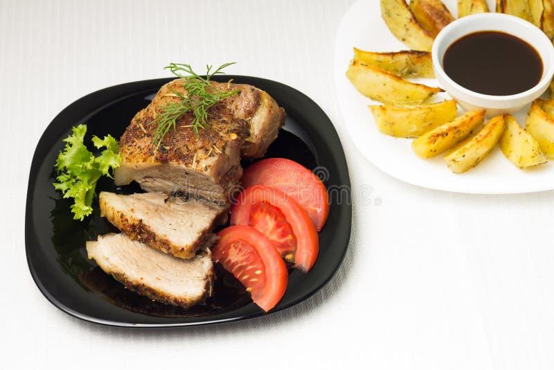 Взгляд сверху на испеченном мясе с картошкой стоковые фото