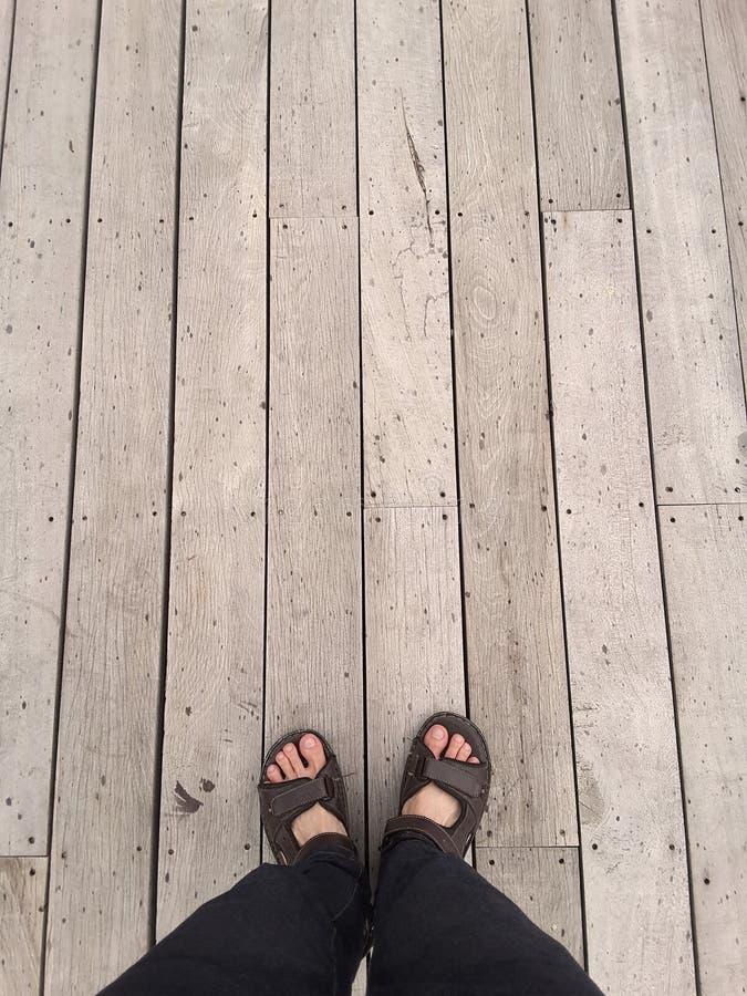 Взгляд сверху: нога на винтажном деревянном поле стоковое фото rf
