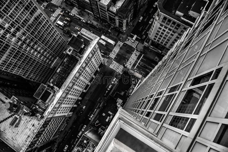 Взгляд сверху от небоскреба к улице города в центре города Манхаттана в Нью-Йорке стоковые фотографии rf