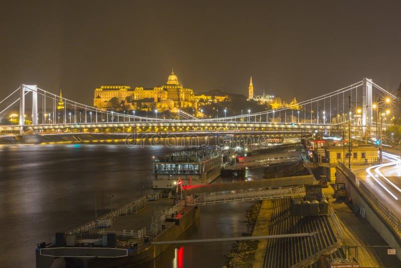 Взгляд сверху от стороны бича моста Elisabeth и Buda рокируют предпосылку в Будапеште на ноче стоковые изображения rf