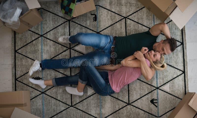 Взгляд сверху привлекательных молодых пар стоковая фотография