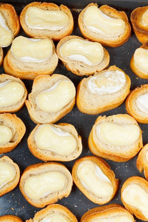 Взгляд сверху провозглашанного тост хлеба с расплавленным сыром стоковое фото rf